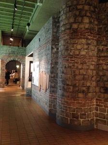 Römermauer mit Zugang zur Wohnpassage, links hinter Fenstern sind Reste der alten Römermauer. Foto: Gerd Walther